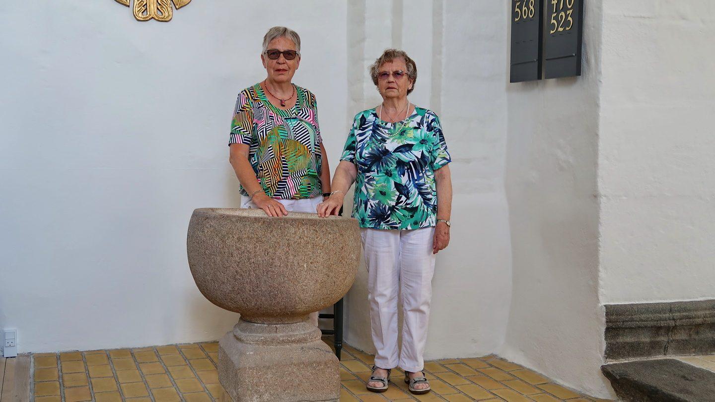 Aase og Maja ved døbefonten, hvor de blev døbt