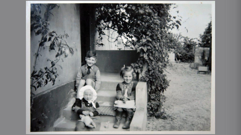 Maja, Verner og Aase på trappen til huset i Gjerlev