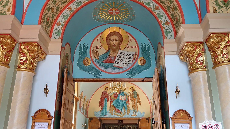 Indgangen med Pantokrator omgivet af to keruber. Derunder Maria og Johannes døber omkring Kristi trone.