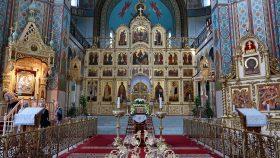 Kirkerummer med hovedikonostasen.