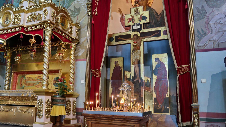 Korsfæstelsesikonen med mindelys foran.