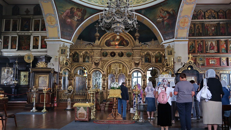 Kirkens indre med ikonostase og menighed - en kirke i brug!