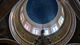 Kirkens kuppel med stjernehvælv.