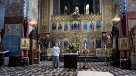 Kirkens indre i et roligt øjeblik.