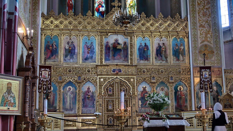 Ikonostasen. Alexander Nevsky ses som kirkens helgen i ikonen nederst til højre.