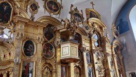 Lidt usædvanligt er der en prædikestol placeret mellem de to ikonostaser.