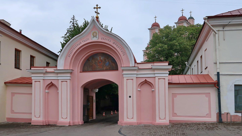 Helligåndskirken bag portalen på hovedgaden.