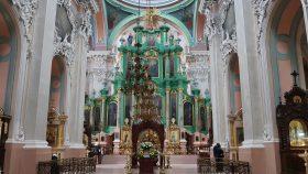 En barok udformet ikonostase dominerer kirken.