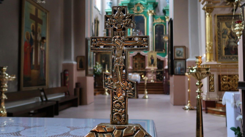 Et fornemt lille ortodoks krucifiks på en bord til lystænding.