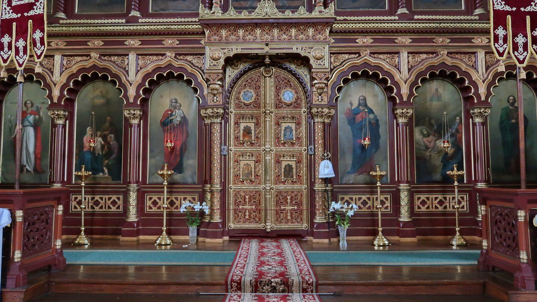 Nederste del af ikonostasen med kongeportalen.