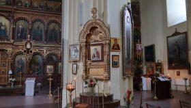 Gudsmoderikoner på en af kirkens søjler.