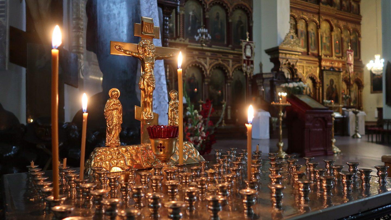 Ortodoks krucifiks med tændte lys.