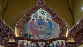 Øverst på ikonostasen en kopi af Rublovs Treenighedsikon. Derunder en fremstilling af Veronikas svedjedug.