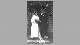 1940 Erna og Christian foran døren til ejendommen i Virklung
