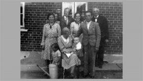 1941 Besøg i Virklund med 4 generationer. Forrest: Benny, Emilie, Birthe. Bagest: Olga, Ida, Johannes, Erna, Juel, Jens Pedersen.