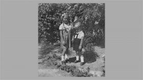 Birthe og Thorkild i haven ca. 1947.