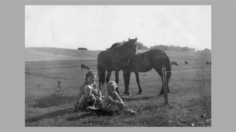 Erna med Birthe ogThorkild 1947