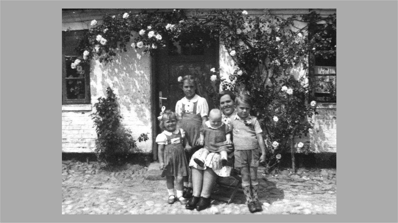 Erna med Birthe, Thorkild, Ruth og Ellen ca. 1951