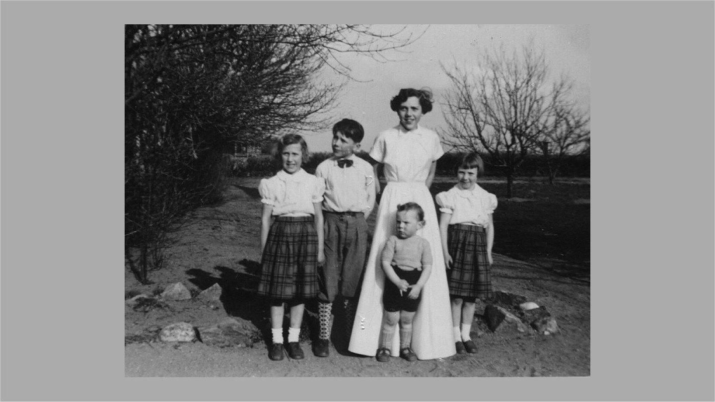 Vi fem ældste søskende ved Birthes konfirmation i 1956.