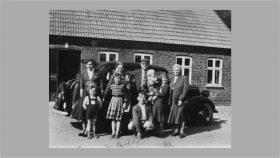Erna med vi seks børn og Thomas Therp og Emilie Therp (mormor) 1957