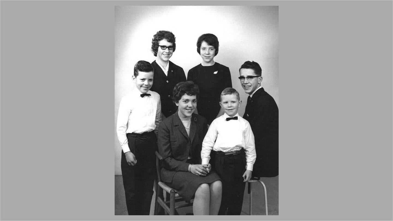 Os seks søskende fotograferet i anledning af forældrenes 50 års fødselsdag i 1963.