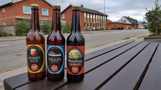 Tre øl fra Grauballe Bryghus. Lige bagved det tidligere forsamlingshus - nu dagcenter.