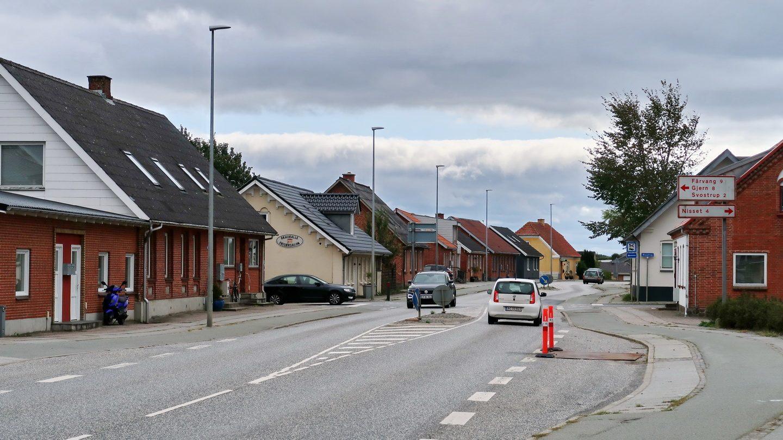Blik gennem hovedgaden i Garuballe med Silkeborg/Randers landevejen lige gennem byen.