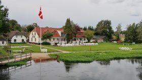 Svostrup Kro fra broen over Gudenåen.