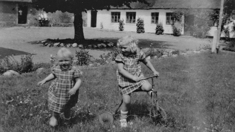 Ellen og Ruth i Dalgården ca 1951