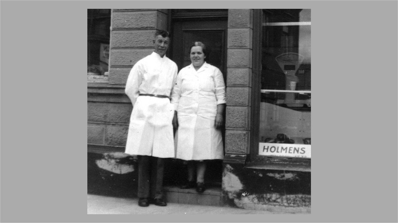 Erna og Christian Sørensen foran slagteriudsalget Holmen 18.