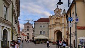 Porten ind til kirken / klosteret er opkaldt efter den ukrainske prins Basil. Øverst ses billede af treenigheden