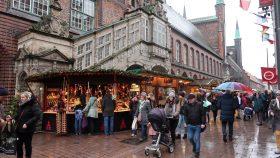 Julemarkedet på gaden foran rådhuset i Lübeck